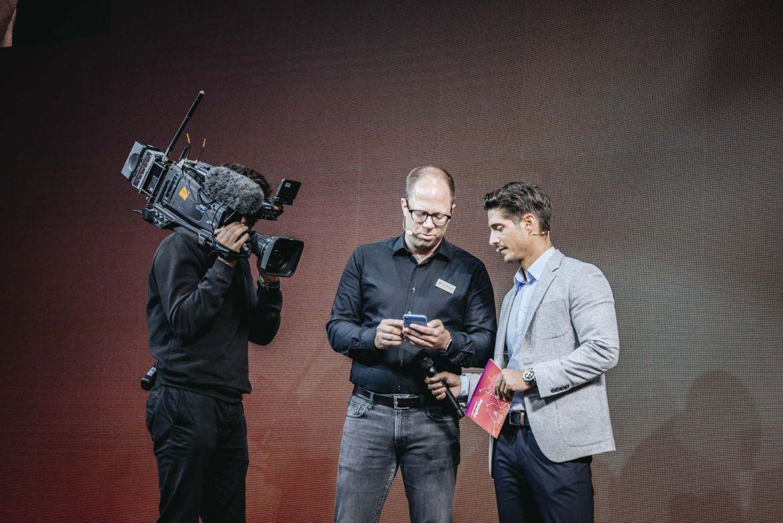 Foto: Sandro Lüthi und Moderator Tobias Müller im Gespräch über die Bedienung eines Smartphones